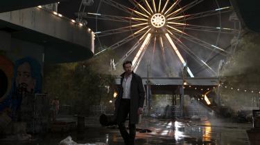 I 'Reminiscence' spiller Hugh Jackman rollen som Nick Bannister, der sælger muligheden for virtuelt at genopleve minder frem for at være i verden efter katastrofen.