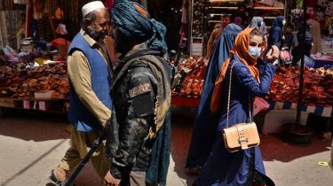 Bevæbnet talebanvagt på Mandawi-markedet i Kabul. Det er afgørende for det nye styres legitimitet, at omverdenen anerkender det.