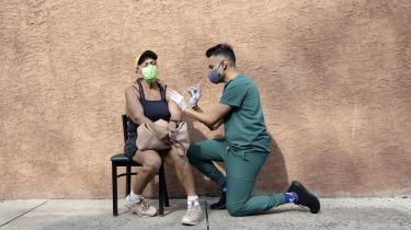 I flere vestlige lande tilbyder man nu et tredje vaccinestik til mange borgere. Men beslutningen hviler på et tyndt datagrundlag, og en såkaldt booster vil næppe gøre en stor forskel, lyder det fra eksperter. I lande, hvor mange i risikogruppen endnu ikke har fået første stik, kunne de samme vacciner redde liv