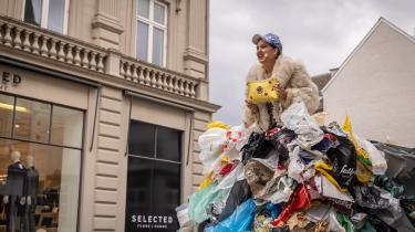 Skuespiller Kirstine Hedrup Ringdal fremfører Line Knutzons monolog 'Glade Bæredygtige Dage', der hult hylder overforbrug med udgangspunkt i verdensmål 12 om ansvarligt forbrug og produktion, fra toppen af en kæmpestor bunke skrald.