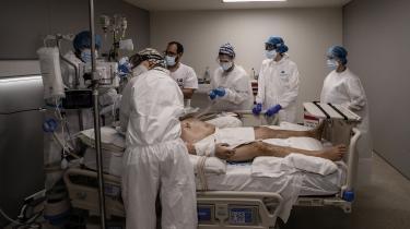 En COVID-19-patient behandles på et hospital I Madrid. I Spanien oplever 64 procent af borgerne, at coronakrisen har haft negative konsekvenser i form af hospitalindlæggelser, familie eller venner, der er døde med corona eller økonomiske vanskeligheder som følge af krisen.