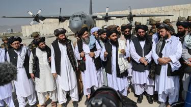 En talsmand for Taleban taler til medierne, efter at de sidste amerikanske tropper har forladt landet. Nu skal Taleban sætte sig ned og regere. Men deres islamisme levner ikke plads for demokrati og derfor heller ikke for frihed.