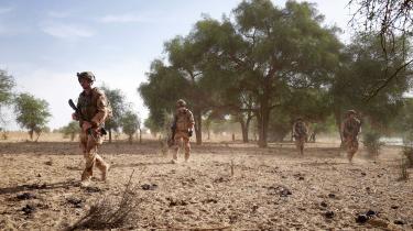 Franske soldater patruljerer i den såkaldte Barkhane-mission i Sahel. Frankrigs planer om at afvikle missionen er sammen med Talebans magtovertagelse i Afghanistan symbolske sejre for islamistiske grupperinger. Og dette skaber frygt for mere vold og terror hos befolkningerne og regeringsledere i flere lande.