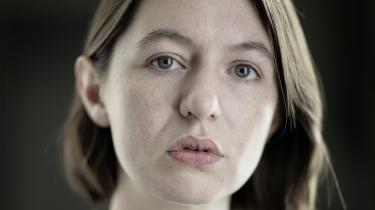 Sally Rooney er tilbage med romanen 'Skønne verden, hvor er du' om en forfatter, der har svært ved at håndtere livet og den litterære succes. Det er en bidsk kommentar til berømmelseskulturen