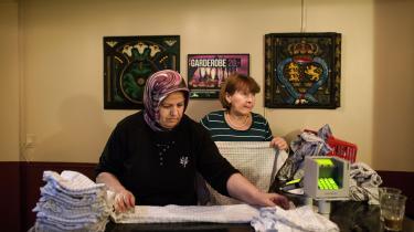 Indvandrere og nytilkomne flygtninge med integrationsbehov skal møde op 37 timer om ugen på et jobcenter og deltage i aktivering, hvis de skal have ret til fuld kontanthjælp. Sådan lyder regeringens forslag om såkaldt arbejdspligt, som blev fremlagt tirsdag.