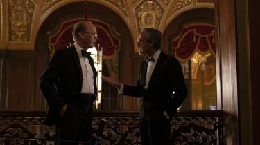 Det er ikke mindst gennem mødet med Charles Wolf (th., Stanley Tucci), at advokaten Ken Feinberg (Michael Keaton), erkender, at hans måde at værdisætte menneskeliv på ikke fungerer. Foto: Scanbox