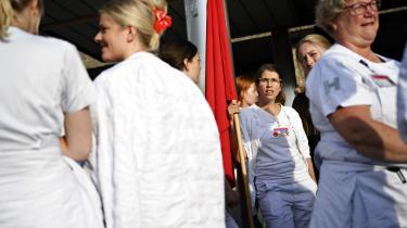 Sygeplejerskerne fik ikke noget ud af det, da 6.500 af dem gik i gaderne. Nu er en gruppe sygeplejersker i gang med en ny og lidt mere uhøflig strejkerunde, hvor blandt andet 100 sygeplejersker på Rigshospitalet nedlægger arbejdet i en time hver morgen.
