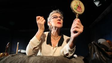 Sue Hansen-Styles forløser Becketts optimistiske kvindefigur i 'Happy Days' med sin stærke, engelske diktion på Teatret ved Sorte Hest.