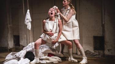 Kvindekroppen misbruges, føder og knokler, når Mille Maria Dalsgaard og Marie Carmen Lindegaard fortolker 'Ditte Menneskebarn' i Sydhavn Teaters følelsesstærke forestilling.