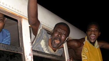 Begejstring efter, at militæret har afsat præsident Alpha Condé ved et kup. På billedet ses løsladte politiske fanger.