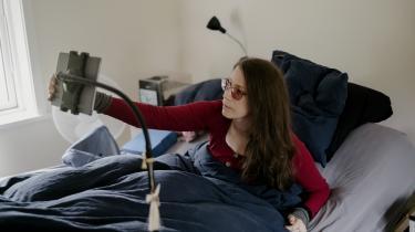 Madelleine Müller ligger i et mørklagt rum i over 23 af døgnets timer. Hun har sygdommen ME (myalgisk encephalomyelitis), der også kaldes 'kronisk træthedssyndrom'. Det skønnes, at mellem 10.000 og 20.000 har denne sygdom i Danmark.