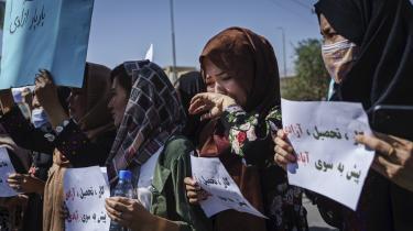 Afghanske kvinder demonstrerer i Kabul, efter at Taleban har overtaget magten. Mange frygter, at styret vil tilbagerulle de rettigheder, som de afghanske kvinder har opnået i løbet af de seneste 20 år.