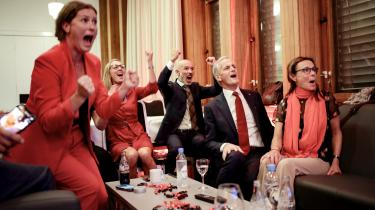 Jonas Gahr Støre jubler, da valgsejren er i hus efter mandagens valg.