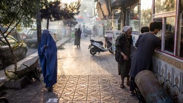 Mange afghanske kvinder bærer burka, men ledsages ikke nødvendigvis af et mandligt familiemedlem, sådan som loven påbød, sidst Taleban havde magten.
