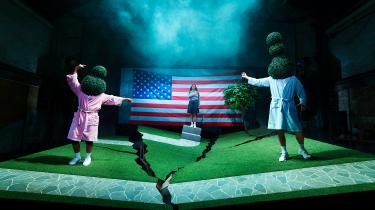 Symbolikken med den amerikanske græsplæne, der slår revner, er effektiv i Ida Grarups scenografi til 'Generation 9/11'.