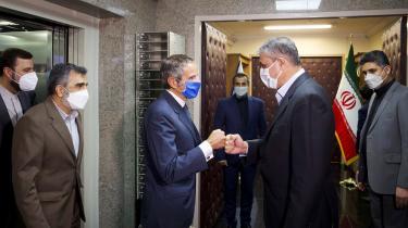 Direktør for Det Internationale Atomenergiagentur (IEEA), Rafael Grossi, mødtes for nyligt i Teheran med Irans atomchef, Mohammad Eslami. Her blev de enige om at genoptage overvågningen af Irans atomanlæg.