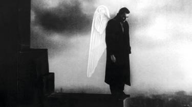 Den tyske filminstruktør Wim Wenders smukke, poetiske undersøgelse af ensomhed, kærlighed og Berlins omtumlede historie, 'Himlen over Berlin' (1987), kan ses på filmstriben.dk.