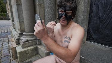 Arkivfoto. Uwe Max Jensen maler sig sort i ansigtet under en performance i Viborg i 2014.