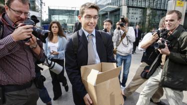 Vesten ser bekymret til, mens analytikere sammenligner Evergrandes forventede konkurs med sammenbruddet i den amerikanske investeringsbank Lehman Brothers for 13 år siden, der startede den globale finanskrise. Her forlader en mand Lehman Brothers' bygning i London i 2008.