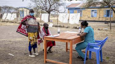 Vaccination mod COVID-19 i Kenya. Højindkomstlandene har vaccineret over halvdelen af deres befolkninger. Andelen af fuldt vaccinerede i Afrika er under fire procent.