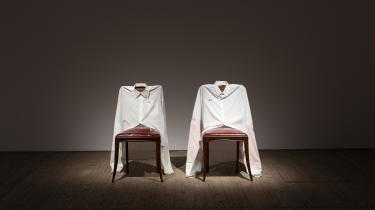 På Malmö Konsthall vises Leonilsons værker i nogenlunde kronologisk orden og i bredt udvalg. José Leonilson: 'Da falsa moral' (Af falsk moral), 1993. Installationsbillede fra udstillingen Leonilson – Drawn: 1975–1993 på Malmö Konsthall.