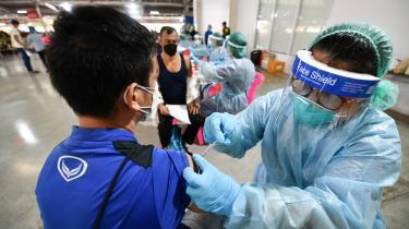 Flere vestlige lande er begyndt at give tredje vaccinedosis til raske og færdigvaccinerede borgere, mens frontpersonale og mennesker i risikogruppen i mange lavindkomstlande endnu ikke har fået første vaccineskud.