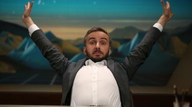 Med en god portion selvironi, men også politisk bid har komikeren Jan Böhmermann i årevis gået i flæsket på magten i Tyskland. Han er blandt andet kendt som talkshowvært for det ugentlige program ZDF Magasin Royale på ZDF.