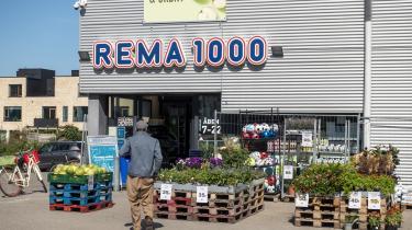Supermarkedskæden Rema 1000 meddelte for nylig, at den ikke længere vil sælge frugt og grønt, som er fragtet med fly, men i stedet vil erstatte dem med lokaltproducerede varer og varer transporteret med lastbil eller skib.