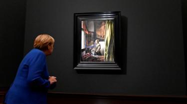 Angela Merkel ser på Vermeers 'Pige læser et brev ved åbent vindue' (1657-1659).
