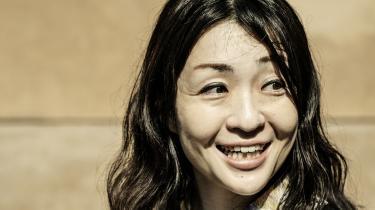 Den prisbelønnede japanske forfatter Sayaka Murata er blevet rost til skyerne for sin debutroman 'Døgnkioskmennesket' om livet som ansat i en døgnkiosk.