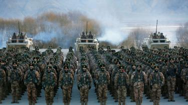 Soldater fra den kinesiske hær samler sig i Pamir Bjergene i landets nordvestlige Xinjiang-region.