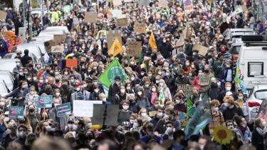 Fredag var der klimastrejke og Fridays for Future-demonstrationer i Berlin og små 400 andre tyske byer. Arrangørerne vurderer, at over 600.000 mødte op til demonstrationerne. De skabte dermed billeder, som De Grønne håber på vil give dem en smule medvind op til søndagens valg.