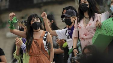 Tidligere på måneden besluttede den mexicanske højesteret i en opsigtsvækkende afgørelse at afkriminalisere abort. Det betyder, at det nu er forfatningsstridigt at straffe kvinder, der får en provokeret abort. Her fejrer protesterende kvinder afgørelsen i byen Saltillo i Mexico.