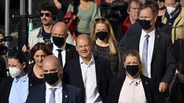 Socialdemokraten Olaf Scholz og hans hustru, Britta Ernst, forlader valglokalet i Potsdam efter at have afgivet deres stemmer. Der var ved redaktionens slutning dødt løb mellem Tysklands socialdemokrater og konservative kristendemokrater.