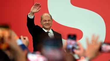 Med ulykkesfuglen Armin Laschet tabte CDU/CSU valget, men nu vil han vinde regeringsforhandlingerne. Efter det ekstremt tætte tyske valg kan FDP og De Grønne nemlig udpege kansleren, og de vil sælge sig så dyrt som muligt. Valgaftenen var derfor rig på magtspil og taktik – og deprimerende fattig på opbrudsstemning og optimisme