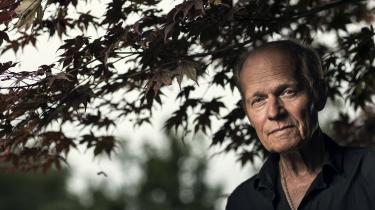 Morten Sabroes nye selvbiografiske roman skildrer Morten og broderen Peter som både privilegerede og omsorgssvigtede børn af Cirkusrevyens mangeårige direktør Povl Sabroe.