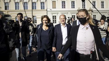 Kanzlerkandidat Olaf Scholz med sin hustru Britta Ernst (til venstre) efter afstemningen til Forbundsdagen i Potsdam søndag den 26. september 2021.