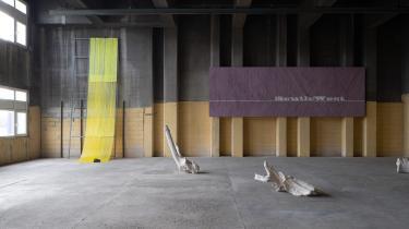 I det fantastiske, kæmpehøje, beskidte rum i Gasværket med dets store mørke strukturer og tidsfalmende gule vægge har Ruth Campau sat sit præg med en stor gul tunge eller rutsjebane, der falder fra væggen i blød, bemalet akryl og er fæstnet til gulvet med en stor sten. Og det er udstillingens klareste maleriske satsning, mener Peter Laugesen.