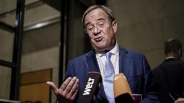 Efter det historiske valgnederlag i Tyskland er CDU/CSU tvunget til at lade partileder Armin Laschet klamre sig til magten. Imens forhandler De Grønne og det liberale FDP om, hvem de vil gøre til Tysklands næste kansler. Pilen peger mest på en lyskrydsregering med Olaf Scholz i spidsen