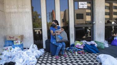 Torsdag den 4. juni 2020, Hazmieh, øst for Beirut, Libanon. En etiopisk stuepige venter foran det etiopiske konsulat, efter at hende og andre blev efterladt her af deres libanesiske arbejdsgivere, fordi de ikke længere kunne betale kvindernes løn. Mange overnattede der og ventede på, at græsrodsorganisationer hjalp dem videre.
