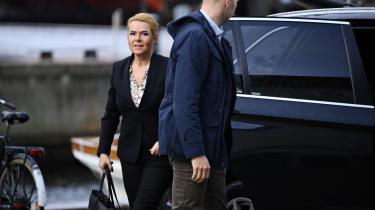 Inger Støjberg ankommer til rigsretten torsdag den 30. september. Det var en dårlig dag i rigsretten for Støjberg – selv under afhøringen af et af medlemmerne af Inger Støjbergs eget forsvarshold, Jonas Christoffersen, kom der oplysninger frem, som går hende imod.