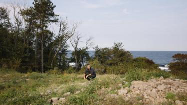 Der er en oldtidskirkegård mindre på Bornholm, efter at en ejendomsmægler fra Rønne påbegyndte opførelsen af en ejendom, inden kommunen havde behandlet hans byggeansøgning. Her inspicerer Nicolas Braun, der er arkæolog på museet i Rønne, grunden.