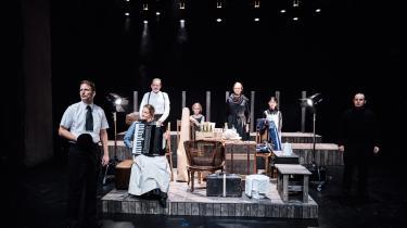Så er de indremissionske familier i 'Fiskerne' på vej til deres nye liv ved Limfjorden i Teater Nordkrafts dynamiske dramatisering af romanen.