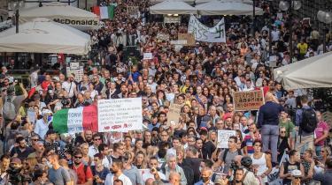 Mens opbakningen til vaccinen er høj i Danmark, raser kampen om både vacciner og coronarestriktioner fortsat i Italien. Både i form af demonstrationer og dødstrusler, men også i form af konkrete individuelle historier, hvor læger og sygeplejersker har vist sig klar til at opgive deres profession i protest over vaccinekravet.