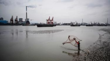 For flere af de kinesiske kulkraftværker har det ikke kunnet svare sig at producere strøm, fordi brændselsinkøb har været så dyrt. Det har ført til økonomisk betingede kraftværksnedlukninger og øget afbrydelserne i strømforsyningerne til virksomheder og forbrugere.