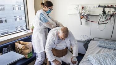 En 75-årig COVID-19 patient bliver tilset af en læge. Allerede inden vi er nået til influenzasæsonen, er der begyndt at komme pres på det danske sundhedssystem.
