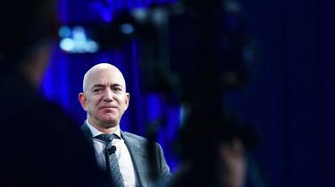 Amazon-ejeren Jeff Bezos kunne under det første år af pandemien se sin formue vokse med 464 milliarder kroner – en formueforøgelse på 65 procent. Samlet set forøgede de amerikanske milliardærer deres formuer med 5.000 milliarder kroner som et direkte resultat af centralbankernes opkøbsprogrammer, skriver Pelle Dragsted i denne klumme.