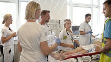 Den massive travlhed i sundhedsvæsenet skyldes også, at der mangler hænder til at behandle de mange patienter. Stillingerne er der – men de bliver ikke besat.