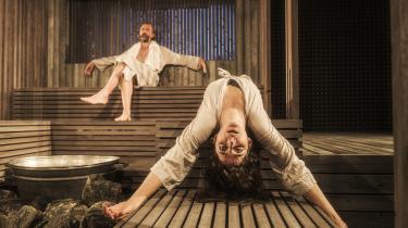 Klaustrofobien i Ibsens idealer om sandheden i kunsten kommer stærkt frem i Nathalie Melbyes stærke saunascenografi i 'Når vi døde vågner' på Aarhus Teater.
