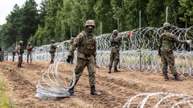 Polske soldater bygger et hegn mod den belarussiske grænse med pigtråd af typen concertina – den samme type, som den danske regering har fået kritik for at sende til Litauen.